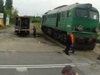 Stawianie na tory wykolejonej lokomotywy ST44-399