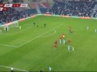 Kibic wbiega na murawę podczas meczu Izrael - Polska