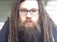 Ściął długie dredy na brodzie i włosach w 4 minuty