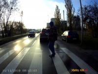 Atak kawą na pirata na przejściu dla pieszych