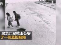Dzieci kładą duże cegły wokół otwartej studzienki kanalizacynej