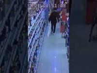 Niemcy: Imigrant wpada do sklepu i demoluje regał z alkoholem