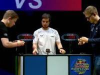 Bracia bliźniacy układają kostkę Rubika w mistrzostwach świata