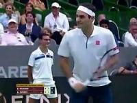 Federer robi przerwę w meczu, aby zapozować fotoreporterom do zdjęć