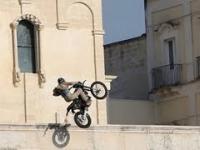 Na planie nowego filmu o Bondzie. Skok motocyklowy.