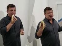 Artysta w ramach performensu zjada banana z wystawy wartego pół miliona złotych
