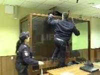 Podejrzany próbuje uciec z klatki w sali sądowej