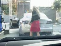 Kobieta tankuje ...Teslę