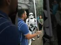 Stormtrooper niszczy gościa z mieczem świetlnym w Disneylandzie.