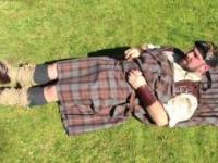 """Szkot pokazuje jak zakładać i nosić """"pled"""" - tradycyjny szkocki strój"""