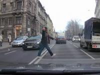 Agresywny pieszy łamie przepisy