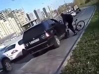Rowerzysta próbuje zatrzymać buraka w BMW
