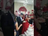 Pan młody bardzo zachwycony panną młodą, weselem i całą tą szopką