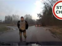 Kierowca ciężarówki spycha z drogi, chwilę później wyzywa i grozi