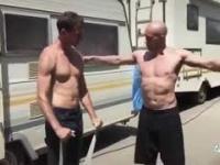 Łysy pokazuje koledze, jak należy prawidłowo ćwiczyć