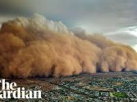 Widok z drona na burzę piaskową w Australii