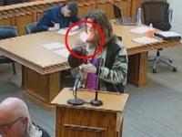 Koleś z zarzutami o posiadanie odpala sobie jointa w sądzie