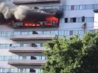 Uciekł przed pożarem na gzyms, strażacy go ocalili