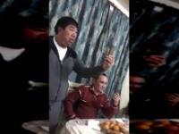 Gość chwycił za mikrofon na przyjęciu i pozamiatał