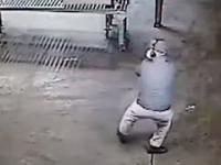 Pracownik sprzątający halę przyłapany na cieszeniu się ze swojej pracy