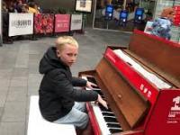 Czterominutowy mix muzyczny w wykonaniu dzieciaka na pianinie