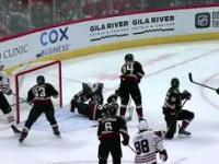 Ekwilibrystyczna interwencja bramkarza w meczu hokeja