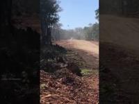 Odrzutowiec Kartelu startujący z prowizorycznego pasa startowego w dżungli