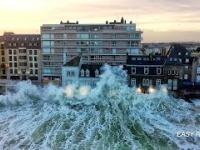 Fale które uderzyły na przedmieścia Saint-Malo w Bretanii