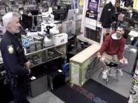 Facet przychodzi do lombardu sprzedać kradzioną gitarę