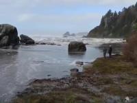 Trzech pechowców stoi przy brzegu
