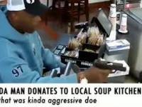 Mężczyzna przekazuje datek dla jadłodajni