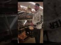 Klient konfrontuje gościa dotykającego rękami świeże pieczywo w supermarkecie