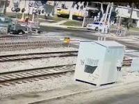 Kierowca w efektowny sposób złomuje swoje BMW na przejeździe kolejowym