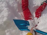 Narciarz natyka się na nogi człowieka wystające ze śniegu