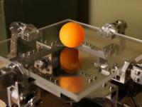 Robot odbija piłeczkę pingpongową