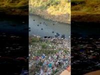 Wyrzucanie worków z śmieciami do rzeki