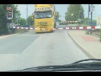 Ku przestrodze - nie stój nigdy na przejeździe