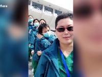 Pracownicy szpitala w Wuhan zdejmują maski, świętując zamknięcie 16 szpitali