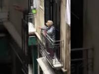 Starsza kobieta świetnie bawi się podczas domowej kwarantanny