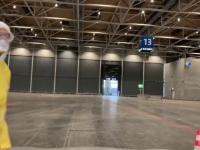 Film pokazujący jak wyglądają testy drive-through na COVID-19 w Niemczech