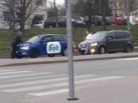 Facet jedzie na masce Bolta w Gdyni podczas epidemii i zakazu zgromadzeń