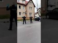 Policjanci umilają czas dzieciom objętym kwarantanną
