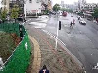 30 ton szkła przygniata samochód osobowy na skrzyżowaniu