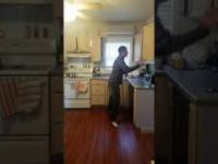 Solówka zagrana przy pomocy szafek kuchennych