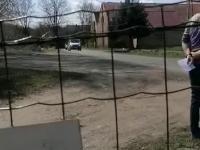Ksiądz jedzie w konwoju koszyczki poświęcić