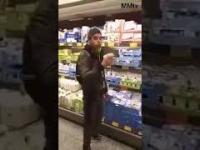 """Młody """"Niemiec"""" testuje smakołyki w supermarkecie"""
