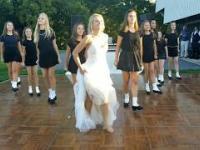 Pląsające dziewczyny na weselu w Irlandii