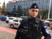Policjant nachodzi ludzi w kolejce do Żabki