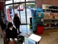 """Napastnik z bronią napada na przygraniczny sklep. Na nagraniu """"czeski luz"""""""