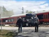 Ciężarówka wioząca jacht została staranowana przez pędzący pociąg
